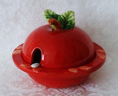 Honingpotje van aardewerk in de vorm van een appel.