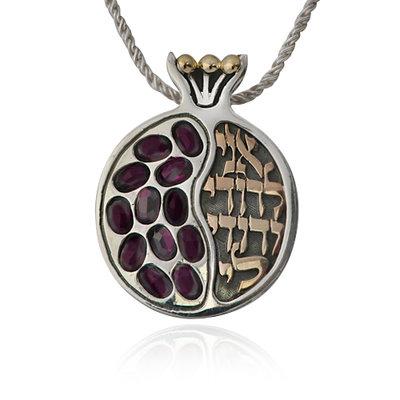 Zeer exclusieve grote 3D Granaatappelhanger met gouden (9 Kt) details, garnet edelstenen en de Hebreeuwse tekst uit Hooglied: 'Ik ben van mijn Geliefde en mijn Geliefde is van mij' uit de Rafael Jewel
