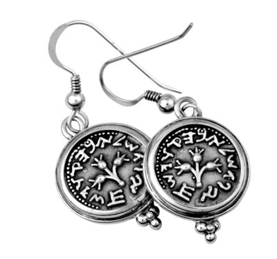 Oorbellen, zilveren oorhangers van replica halve shekel muntjes uit de Tempelperiode, handgemaakt uit de Rafael Jewelry Collectie