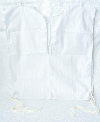 Tallit katan (kleine Tallit) van witte katoen met ingeweven streepje en tzitzit (gebedskwastjes) met blauwe draad om onder de kleding te dragen
