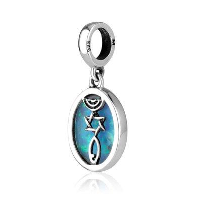 Bedeltje van zilver met glad geslepen bolvormige Opaal aan de ene kant en aan de andere kant een Messiaans Zegel