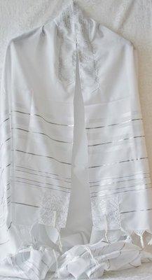 Prachtige grote Tallit (gebedsmantel) wit met zilveren ingeweven strepen en borduursel van zilver.