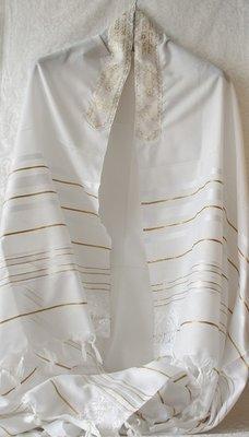 Prachtige grote Tallit (gebedsmantel) wit met gouden ingeweven strepen en borduursel van goud.