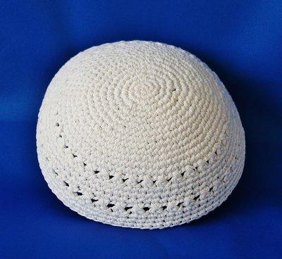 Keppeltje gehaakt in effen wit, net iets groter dan normaal. Doorsnee 20 cm.