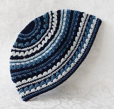 Keppeltje, handgehaakt in mooi blauw streeppatroon in verschillende tinten.