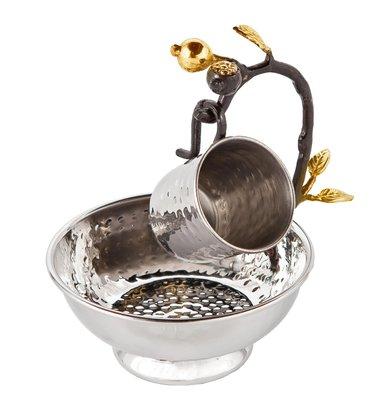 Mayim Achronim set van zilverkleurig gehamerd metaal met goudkleurige granaatappeltjes van Yair Emanuel voor de rituele handwassing