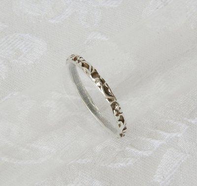 Handgemaakt ringetje van zilver bewerkt met bloem / blad motief