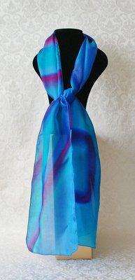 Kobaltblauwe puur zijden sjaal paars gevlamd, handgeverfd in de studio van Yair Emanuel in Jeruzalem.