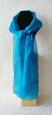 Puur zijden sjaal in aqua met vlameffect, handgeverfd in de studio van Yair Emanuel in Jeruzalem.