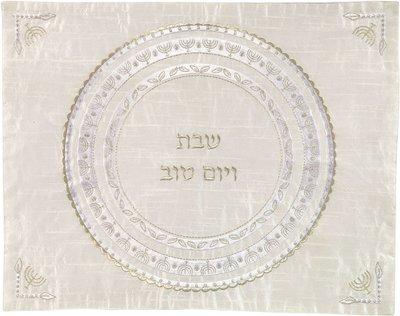 Challah / Challe kleedje van Yair Emanuel van gebroken witte ruwe zijde met in wit met zilver geborduurde Menorahs