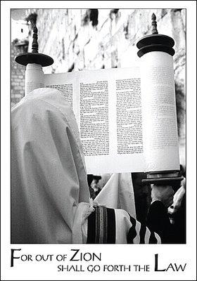Bijbelse Wenskaart uit Israel met religieuze man met Torah rol bij de 'Kotel' (Westelijke Muur) en Engelse tekst