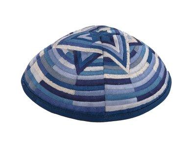 Keppeltje van Yair Emanuel samengesteld uit blauwtinten en zilver met een kunstzinnig gevormde Davidster