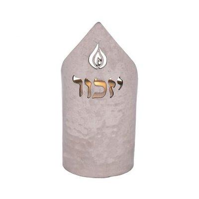 Houder voor Memorial / Herinneringskaars van gehamerd zilverkleurig metaal met de tekst Yizkor (herdenkingsgebed) van Yair Emanuel