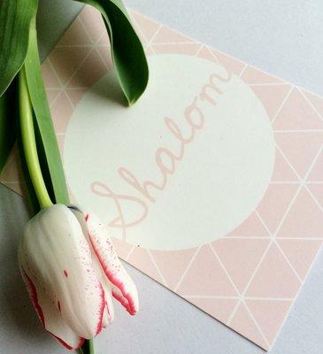 Ansichtkaart Shalom (vrede) in pastel roze met grafische print van Ahavah design