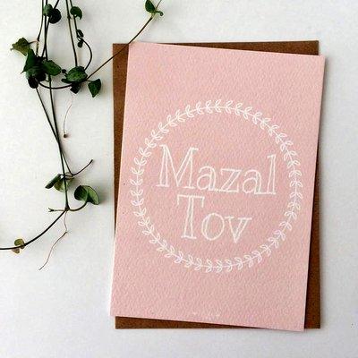 Kaart met envelop met Mazal Tov (Gefeliciteerd) in pastel roze met Krans design van Ahavah design