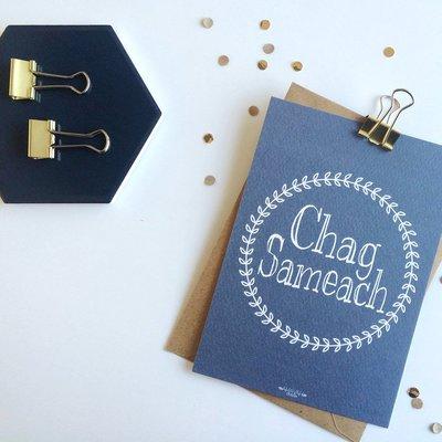 Kaart met envelop met Chag Sameach (Fijne Feestdagen) in navy blauw met Krans design van Ahavah design