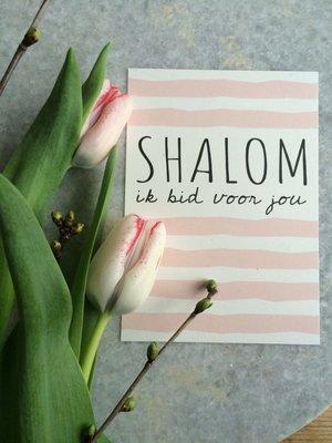 Kaart / Gebedskaart met envelop met de tekst 'Shalom ik bid voor jou' in gebroken wit met pastel roze van Ahavah design