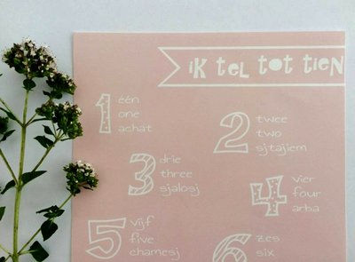Poster / wanddecoratie A4 van Ahavah design 'ik tel tot tien' in het Nederlands, Engels, en Hebreeuws fonetisch pastel roze