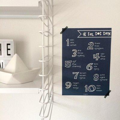 Poster / wanddecoratie A4 van Ahavah design 'ik tel tot tien' in het Nederlands, Engels, en Hebreeuws fonetisch navy blauw
