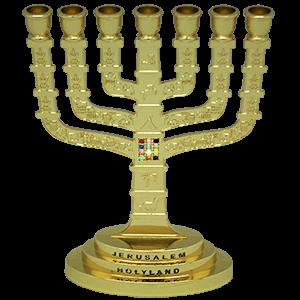Klassiek model goud kleurige Menorah gedecoreerd met de Borstplaat van de Hogepriester en afbeeldingen van Jeruzalem 16 x 11,5 cm