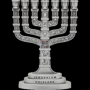 Klassiek model zilver kleurige Menorah gedecoreerd met de Borstplaat van de Hogepriester en afbeeldingen van Jeruzalem 16 x 11,5 cm