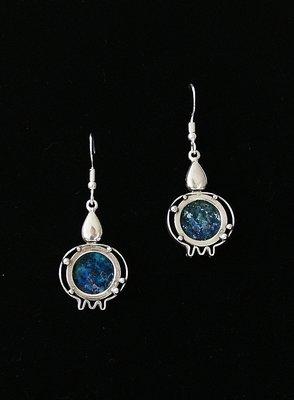 Oorhangers, handgemaakte zilveren oorhangers met bijzonder mooie granaatappeltjes en Romeins glas