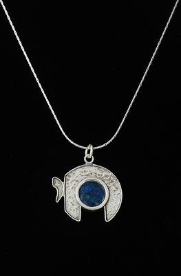 Complete ketting van gehamerd zilver met Romeins glas en een sierlijk gevormde Chai (= Leven)