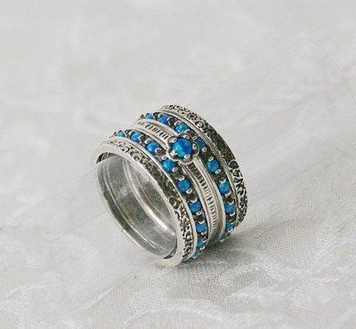 Handgemaakte zilveren stapelring set bestaande uit 5 afzonderlijke ringetjes. Deze combinatie is met blauwe opaaltjes.
