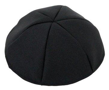 Keppeltje / Kippah van mooie zwarte stof terylene gemaakt van 6 parten voor een betere pasvorm. Doorsnede 19 cm
