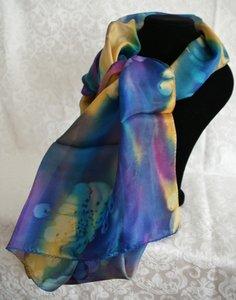Handgemaakte puur zijden sjaal uit Israel met regenboog kleuren.