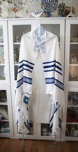 Tallit (gebedsmantel) gemaakt van 100% wol compleet met de blauwe Tzitzit draadjes aan de 4 hoeken.