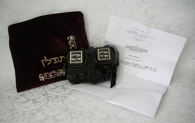 Complete koshere (Ashkenazisch) Tefilin set in een fluwelen tasje.