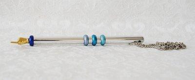 Jadje, mooi Jadje van zilverkleurig metaal met ringetjes in verschillende blauwtinten en verguld handje. Jadje van Yair Emanuel.