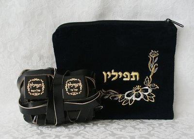 Koshere Budget Tefilin set in een zwart fluwelen tasje met borduursel. (Ashkenazisch)
