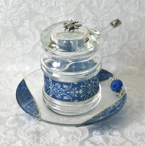 Honingpotje, schattig handgemaakt potje op schotel in 'Israel' blauw dessin uit de collectie van Lily Art