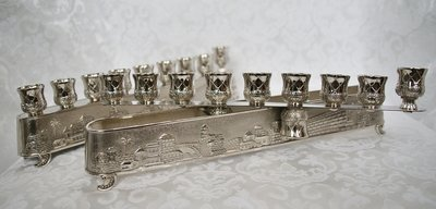 Chanukah Menorah (Chanoekia) maar ook Shabbats kandelaar met mooie afbeelding van de Oude Stad Jeruzalem. Door de bovenkant om te draaien geschikt te maken voor uw Shabbats kandelaar voor 2 kaarsen.