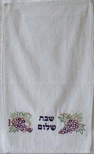 Gastendoekje van Yair Emanuel met borduursel van druiventrossen en de tekst Shabbat Shalom in het Hebreeuws.
