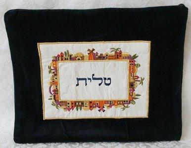 Tallit tasje van zwart fluweel met mooi kleurrijk borduursel van de Oude Stad Jeruzalem in vierkant patroon. TBV-1 van Yair Emanuel.