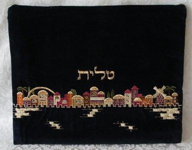 Tallit tasje van zwart fluweel met mooi kleurrijk borduursel van de Oude Stad Jeruzalem. TV-1 van Yair Emanuel.