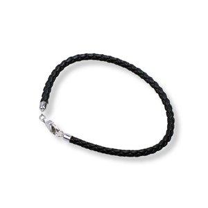 Bedelarmband van stevig gevlochten leer met zilveren sluiting in de kleur zwart, verkrijgbaar in verschillende maten