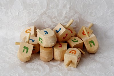Kleine Dreidel van hout met gekleurde letters, 4 cm hoog