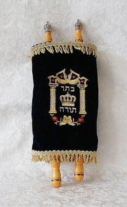 Torah Rol extra luxe door prachtig bewerkt hout dat beslagen is met zilverkleurig metaal.