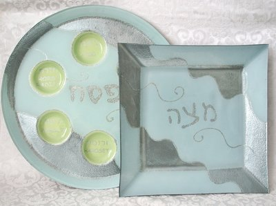Set van Sederschaal met Matzeschotel handbeschilderd door een kunstenaar in zilvertinten