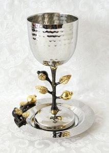 Kiddush beker met schotel, een bijzonder ontwerp van Yair Emanuel gemaakt van gehamerd metaal met vergulde granaatappeltjes