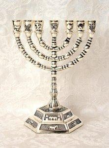 Menorah, schattige kleine verzilverde Menorah met de symbolen van de 12 stammen. Afmeting 13 x 13 cm