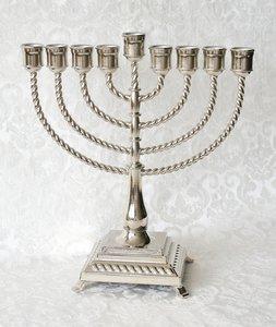 Chanukah Menorah / Chanoekia in klassieke vormgeving met sierlijke voet en gedraaide armen 28cm hoog en geschikt voor normale diner- of huishoudkaarsen