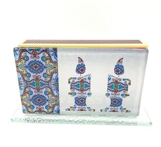 Luciferdooshouder groot formaat van versterkt glas met decoratie van Shabbats kaarsen en de zegen over de kaarsen