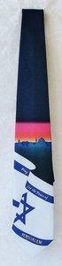 Israel Stropdas. Hoofdkleur donkerblauw met de Israelische vlag en de tekst: Bid voor de vrede van Jeruzalem