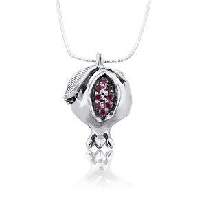 Granaatappelhangertje, Prachtig handgemaakt zilveren hangertje met robijntjes aan zilveren ketting uit de Rafael Jewelry Collectie