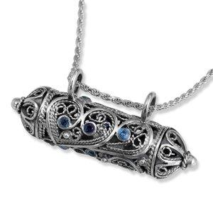 Mezuzah hanger, prachtige te openen Mezuzah hanger van filligree zilver met saffiertjes uit de Rafael Jewelry collectie